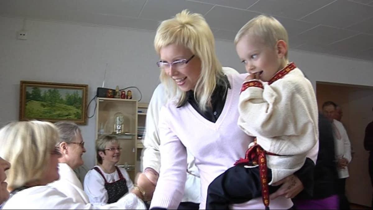 Mirva Rissanen poikansa Miron kanssa karjalankielisessä päivähoitopaikassa.