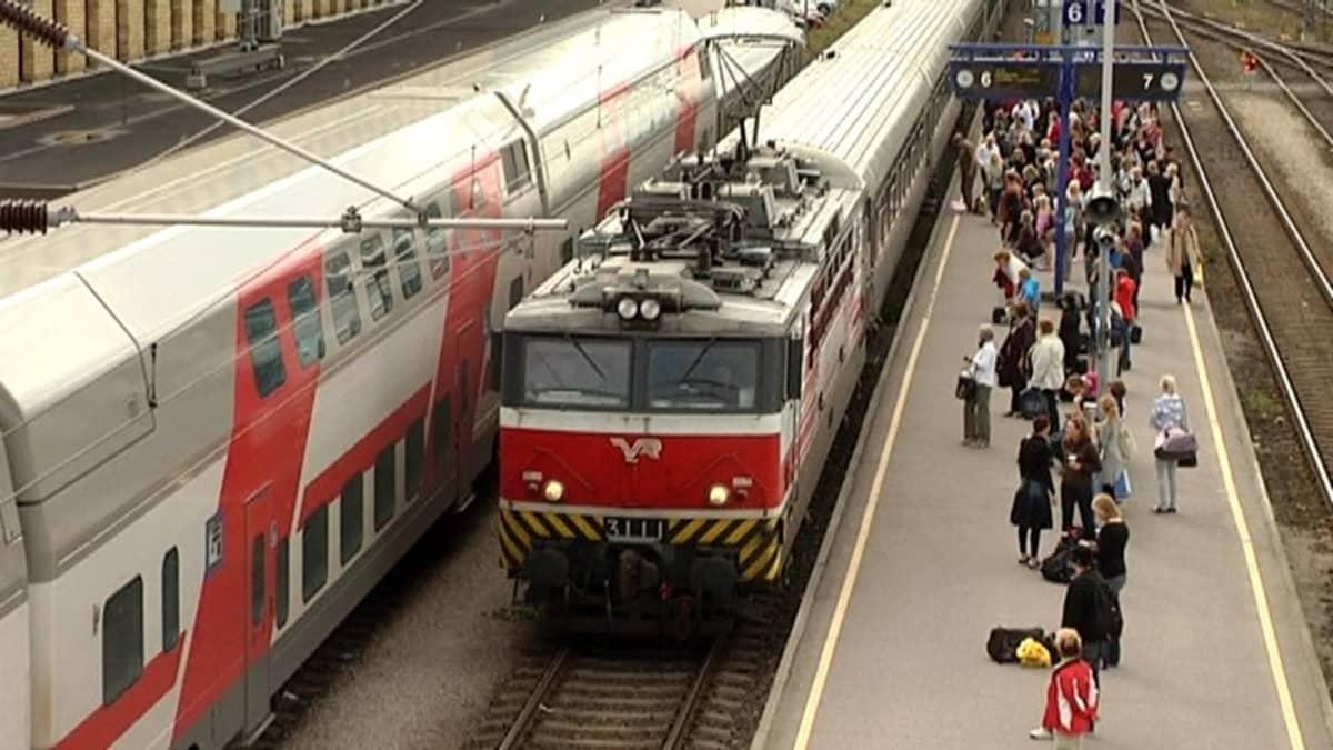 juna Turun rautatieasema ihmisiä asemalla