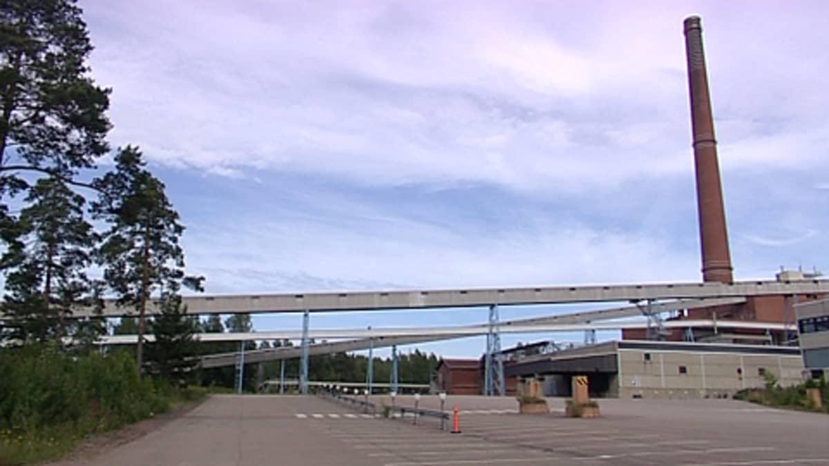 Stora-Enson Summan-tehdasalue: piippu ja tyhjä pysäköintialue.