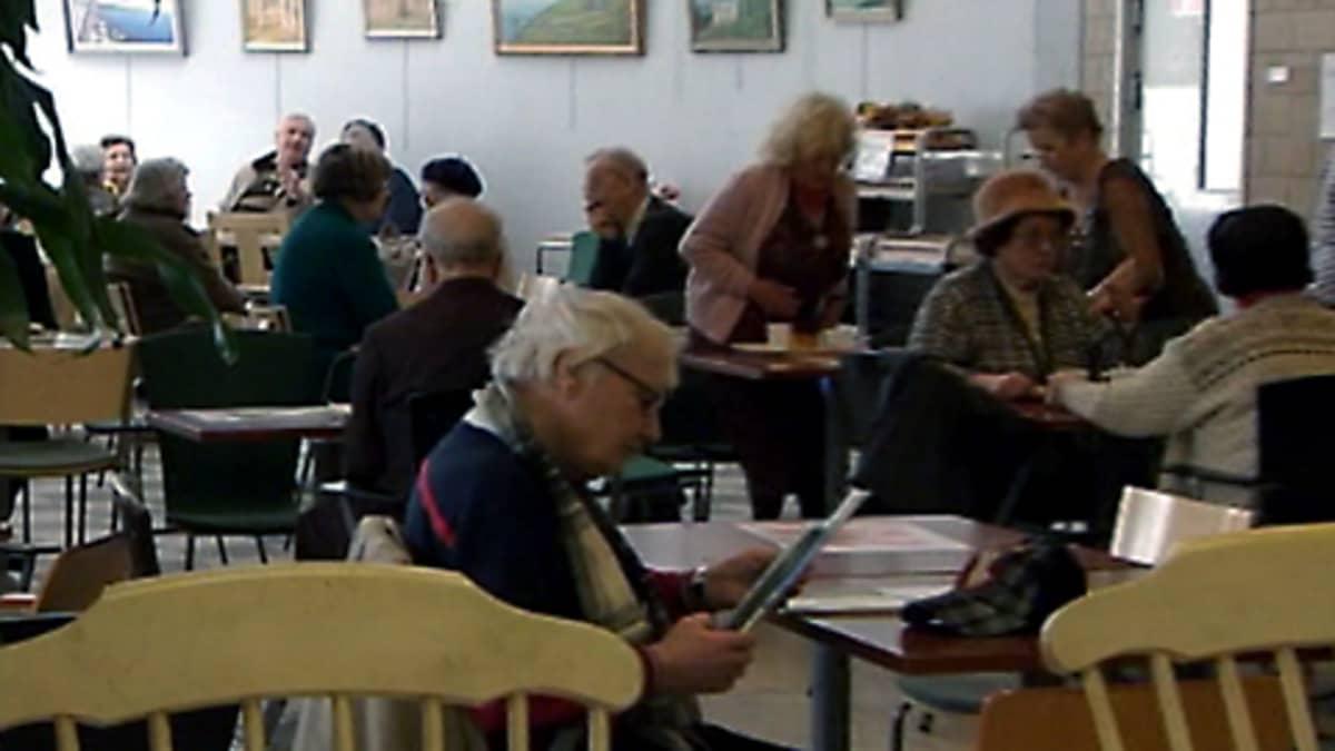 Vanhuksia ruokailemassa