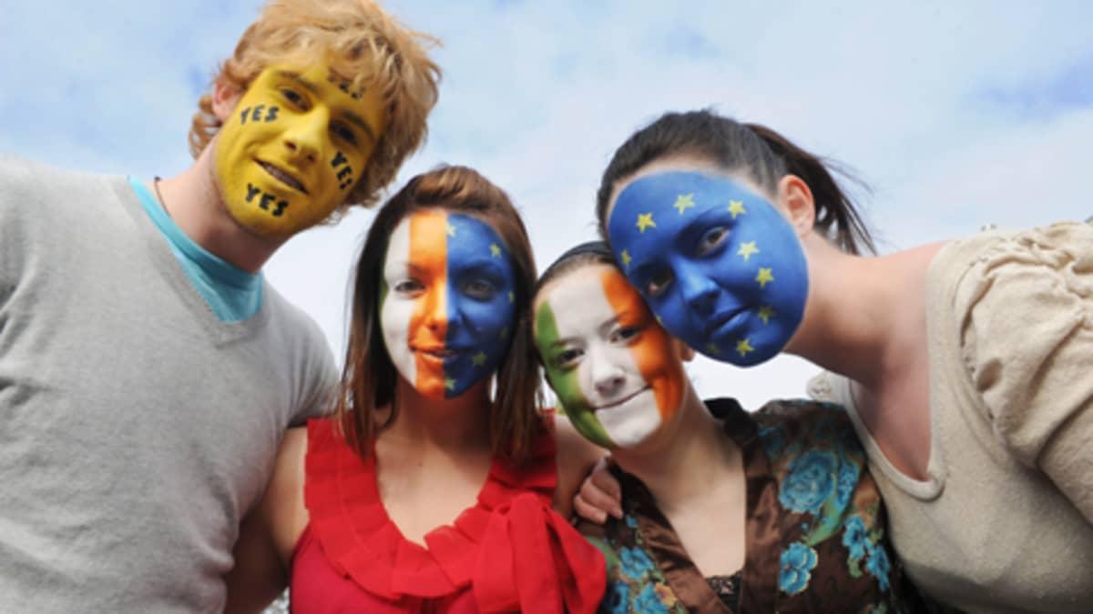 Lissabonin sopimuksen puolustajia  värikkäissä kasvomaalauksissa Dublinissa.
