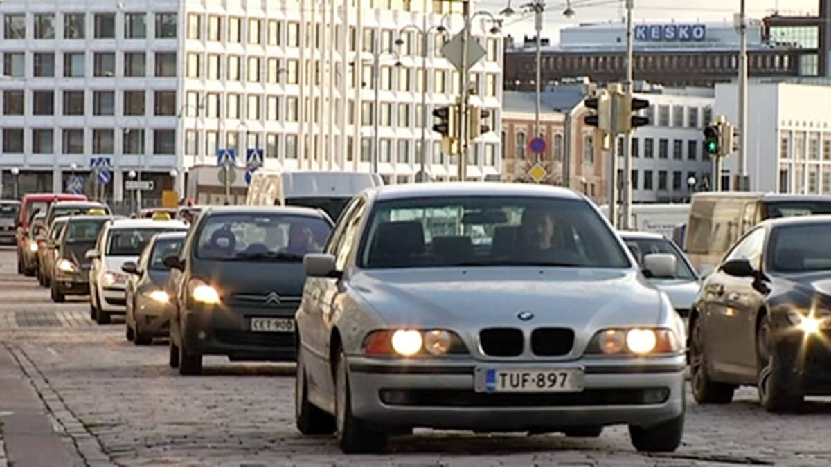 Autoja ruuhkajonossa Helsingin Kauppatorin sivustalla.