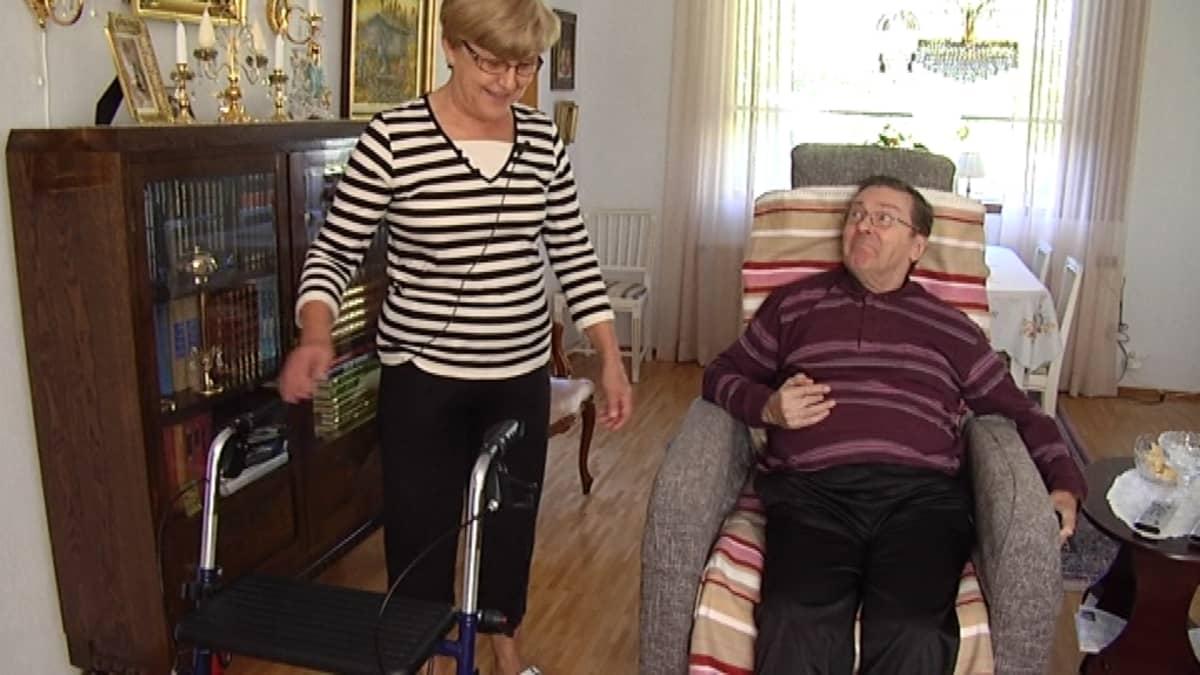 Sanelma Heino on hoitanut miestään Erkkiä kotona 26 vuotta.