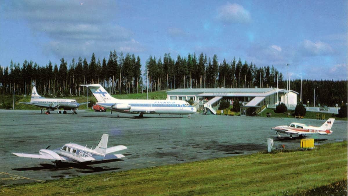 Koneita Jyväskylän lentoasemalla 1980-luvulla.