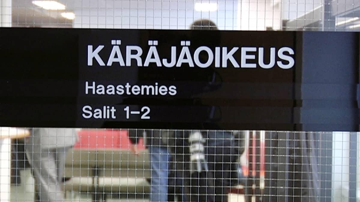 Käräjäoikeuden nimikyltti ovessa.
