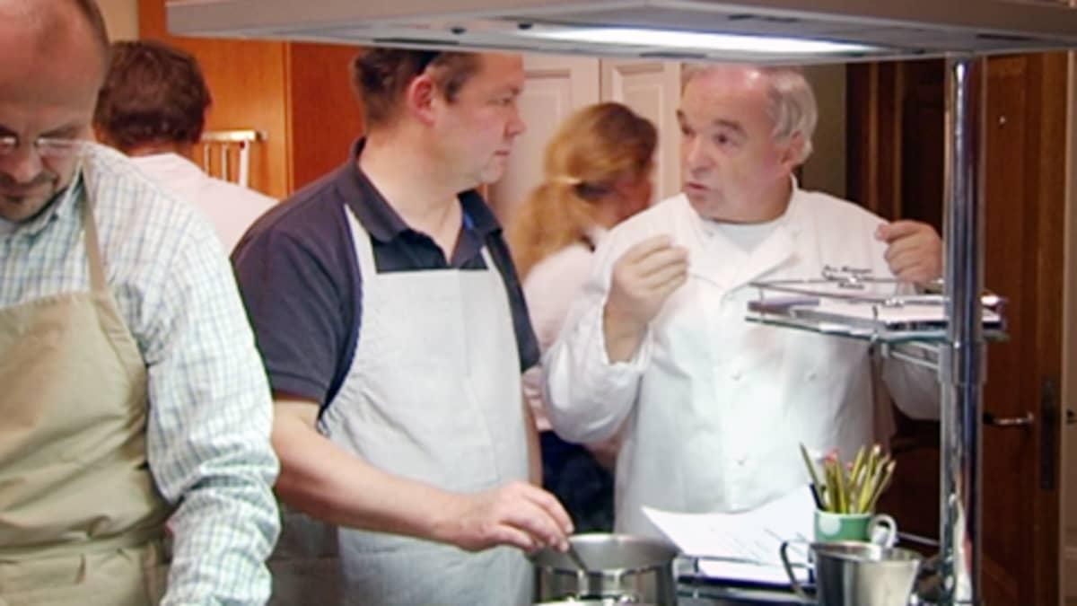 Miehiä kokkikurssilla.