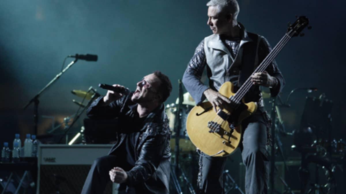 U2:n laulaja Bono ja Adam Clayton.