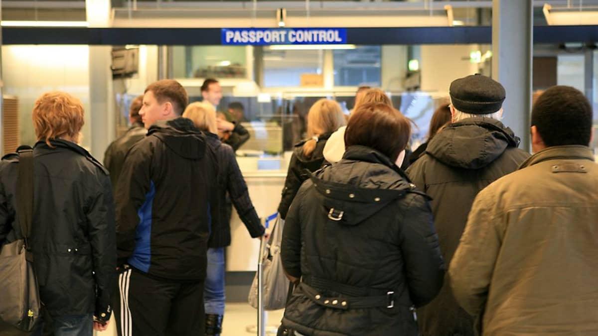 Vaalimaan tulli ja raja-asema, passintarkastus