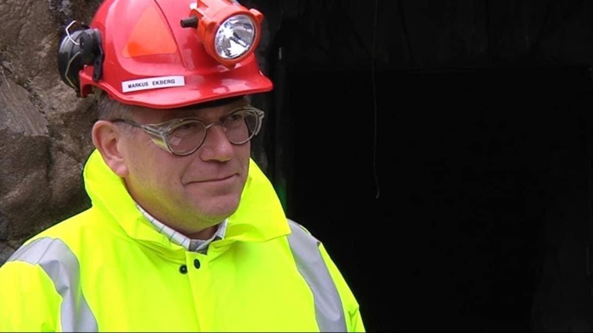 Markus Ekberg kypärä päässä Pampalon tunnelin suuaukon edessä.