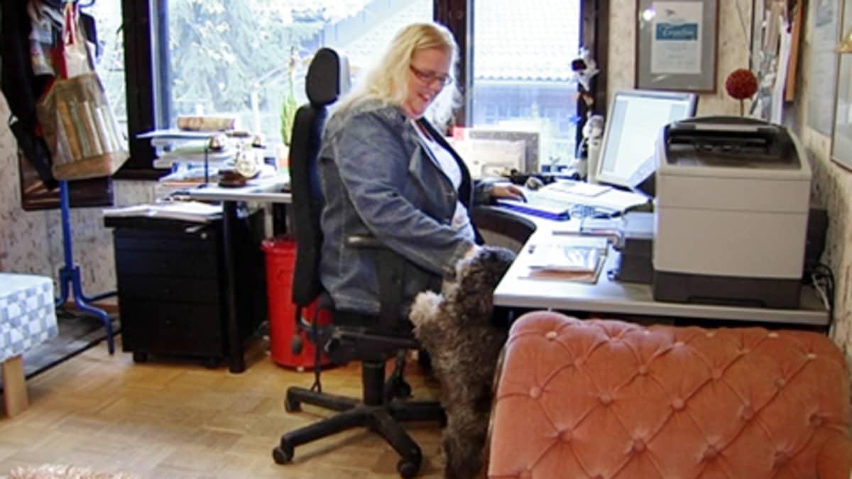 Kirjailija Tuija Lehtinen työpöytänsä ääressä.