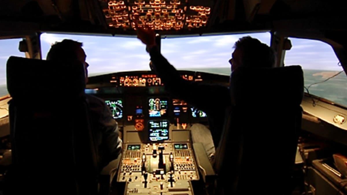 Finnairin lentäjät harjoittevat lentosimulaattorilla.
