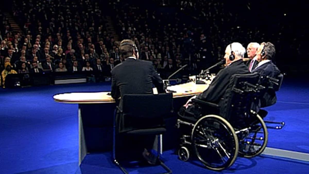 Saksan entinen liittokansleri Helmut Kohl, Yhdysvaltain entinen presidentti George Bush ja Neuvostoliiton viimeinen presidentti Mihail Gorbatshov istuvat yleisön edessä Saksojen yhdistymisen vuosijuhlassa 31.10.2009. Helmut Kohl istuu pyörätuolissa.