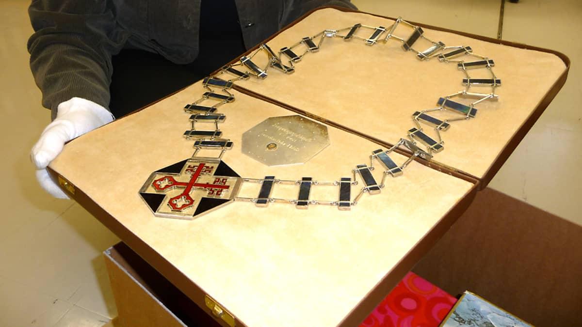 Vuonna 2009 ensimmäinen kokoelmiin otettu esine oli vanhan Kouvolan kaupunginjohtajan käädyt.