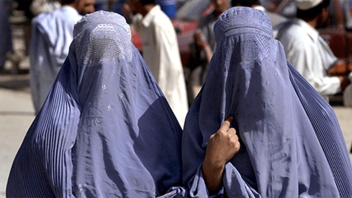 Kaksi afganistanilaista hunnutettua naista.