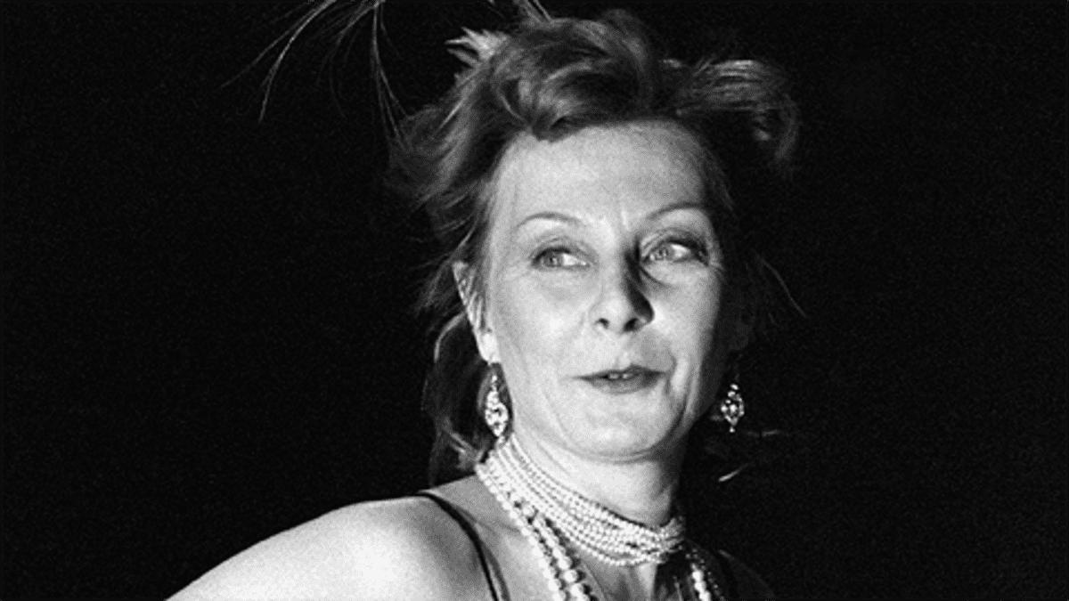 Näyttelijä Seela Sella Yksin puhuja -monologin kuvauksissa.