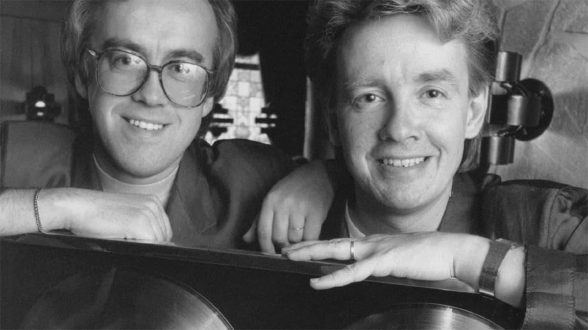 Matti ja Teppo nojaavat kultalevytauluunsa vuonna 1987.