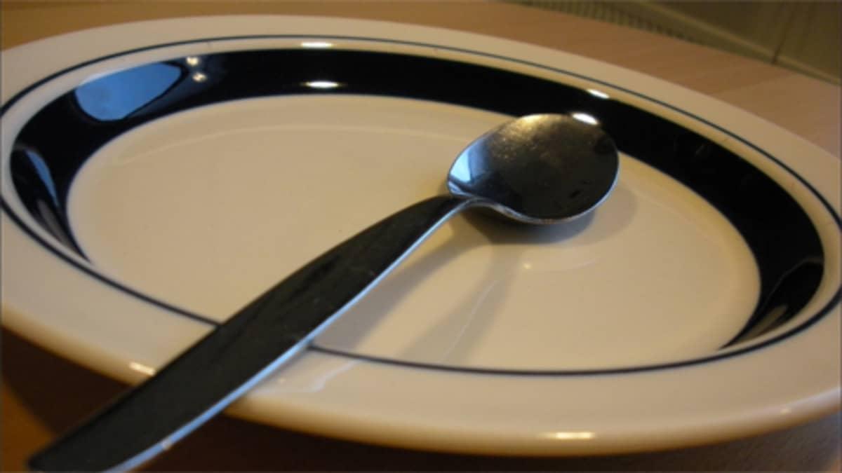 Tyhjä lautanen ja lusikka.