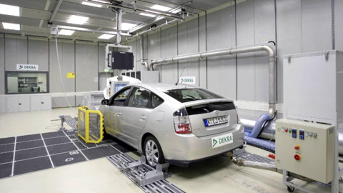 Auton pakokaasupäästöjä testataan saksalaisessa Dekrassa.