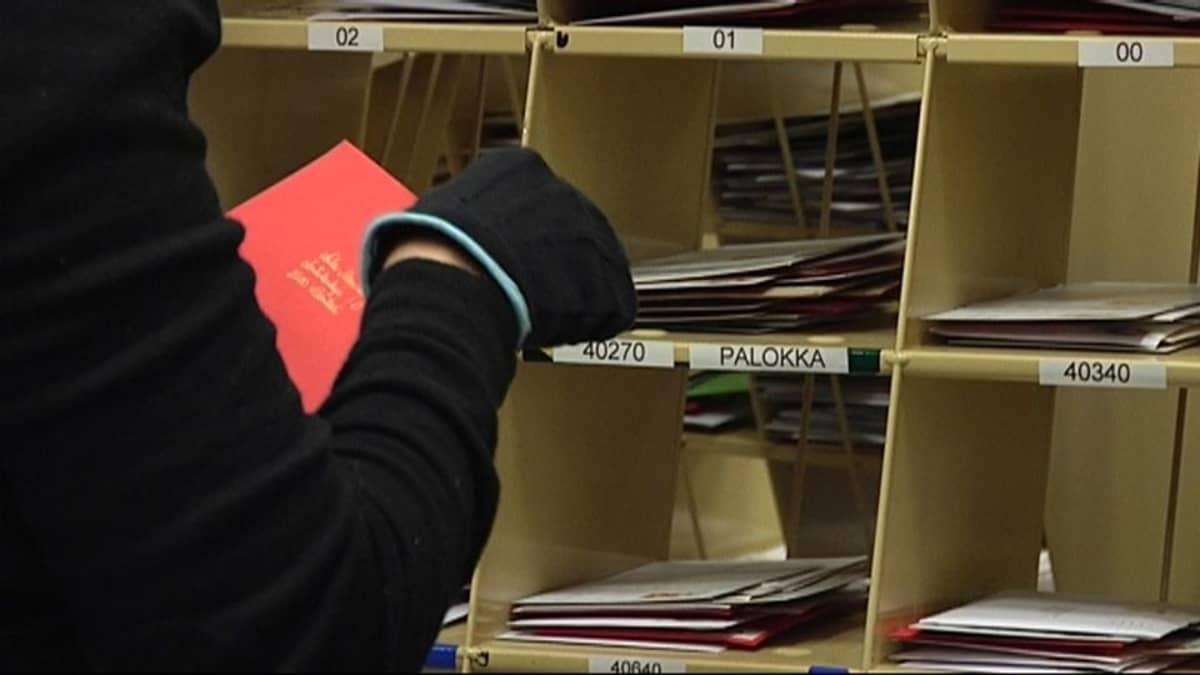 Kortit lajitelaan lokeroihin postinumeron kahden ensimmäisen numeron perusteella.