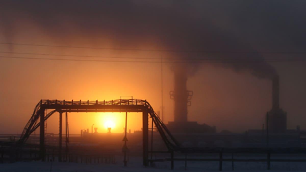 Öljy- ja kaasukenttä auringonlaskussa.