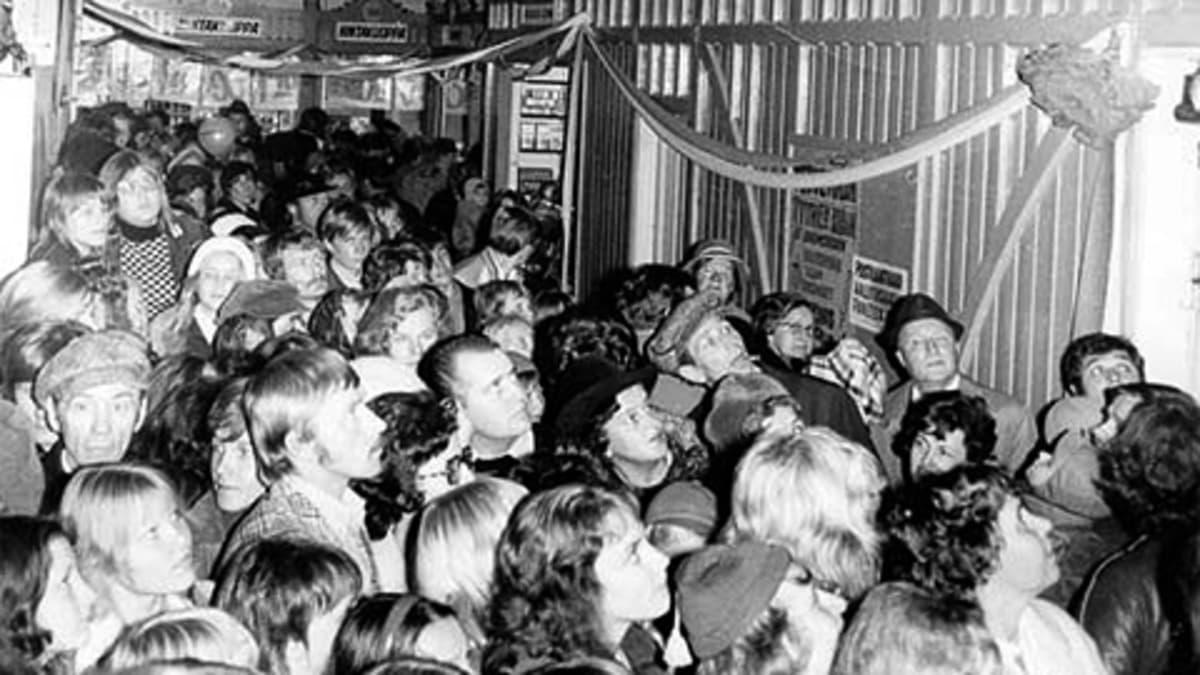 Yleisöä Tampereen kauppahallin käytävällä