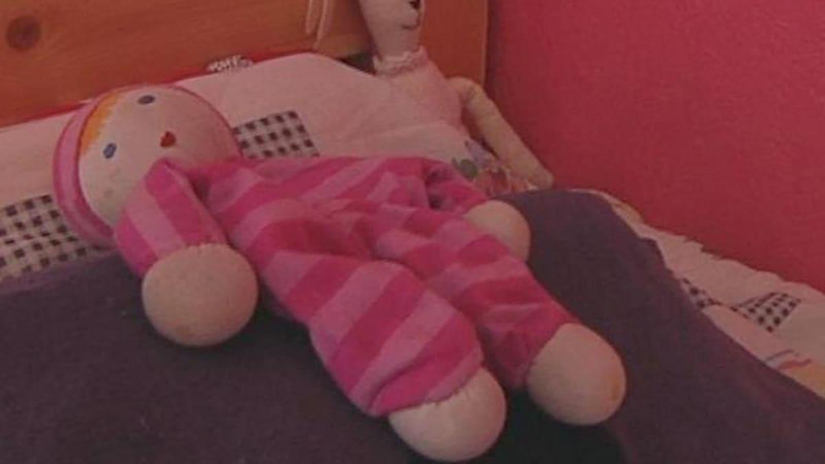 Tonttu tutulla paikallaan Roosan sängyssä.