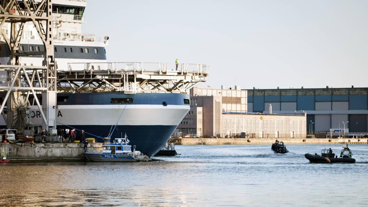 Merivartioston veneitä Shellille vuokratun jäänmurtaja Nordican ympärillä.