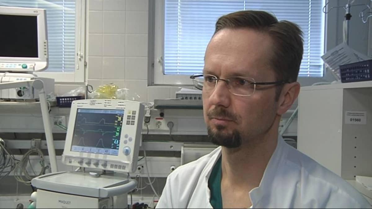 Teho-osaston ylilääkäri Matti Reinikainen.