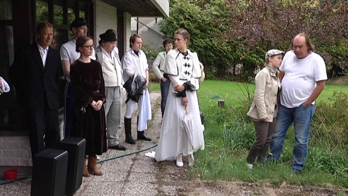 Kirsikkapuiston näyttelijöitä ja ohjaaja Andriy Zholdak