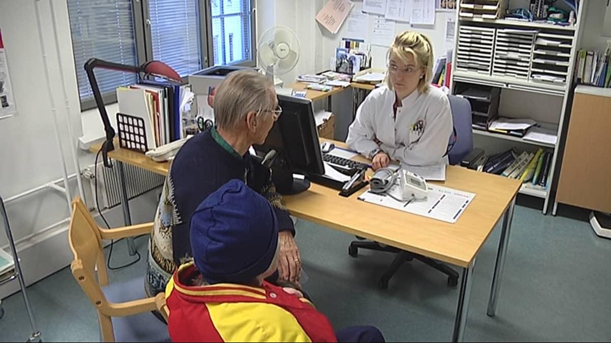 Potilas keskustelee lääkärin kanssa