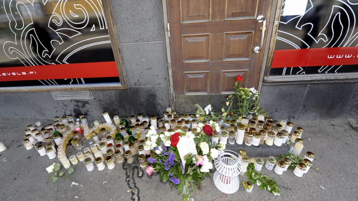 Muistokynttilöitä ja suruviestejä surmapaikalla Hyvinkään keskustassa.