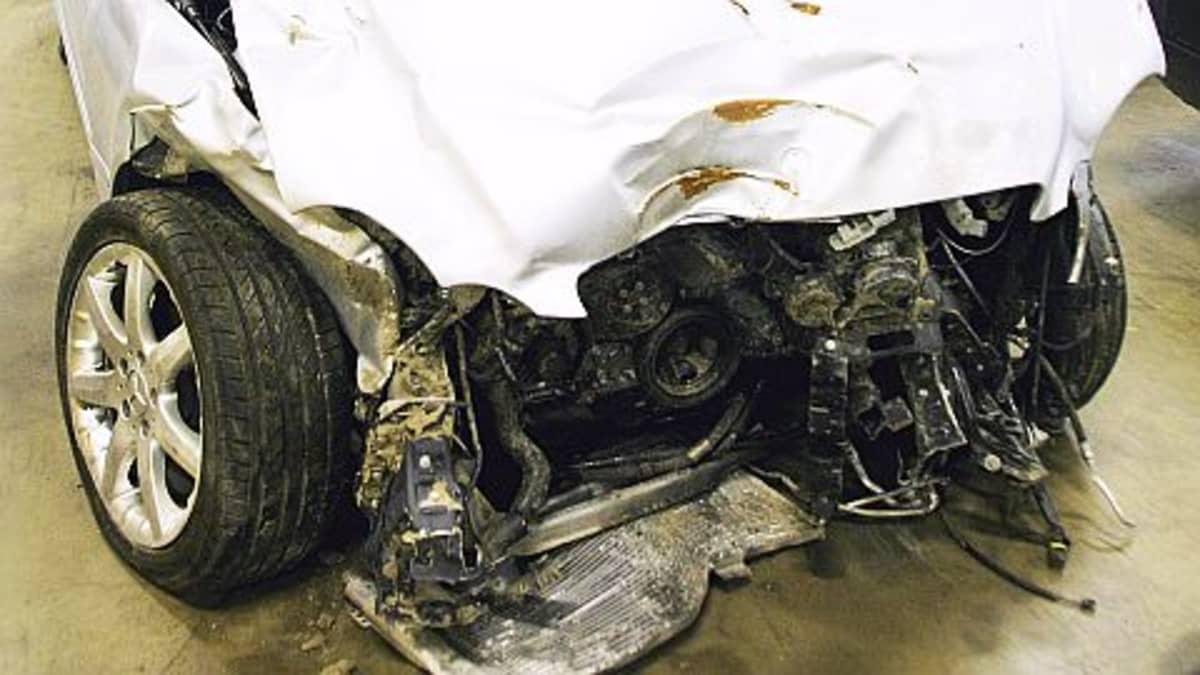 Kolarin romuttama valkoinen auto