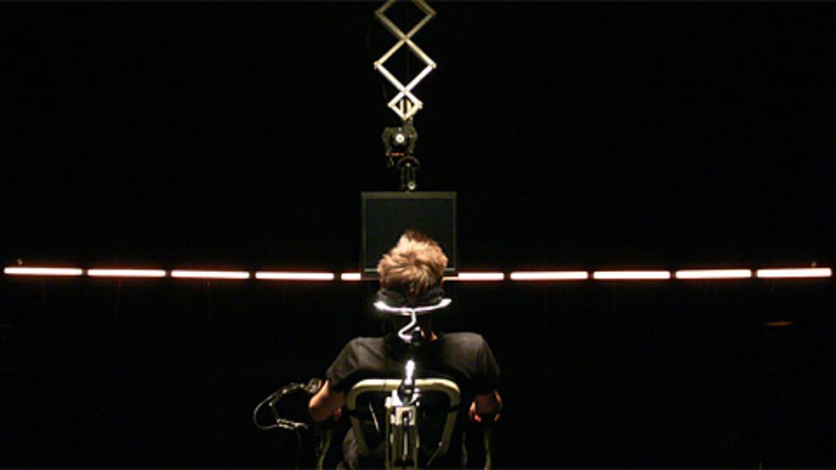 Mies aivokäyrät musiikiksi muuttavassa laitteessa