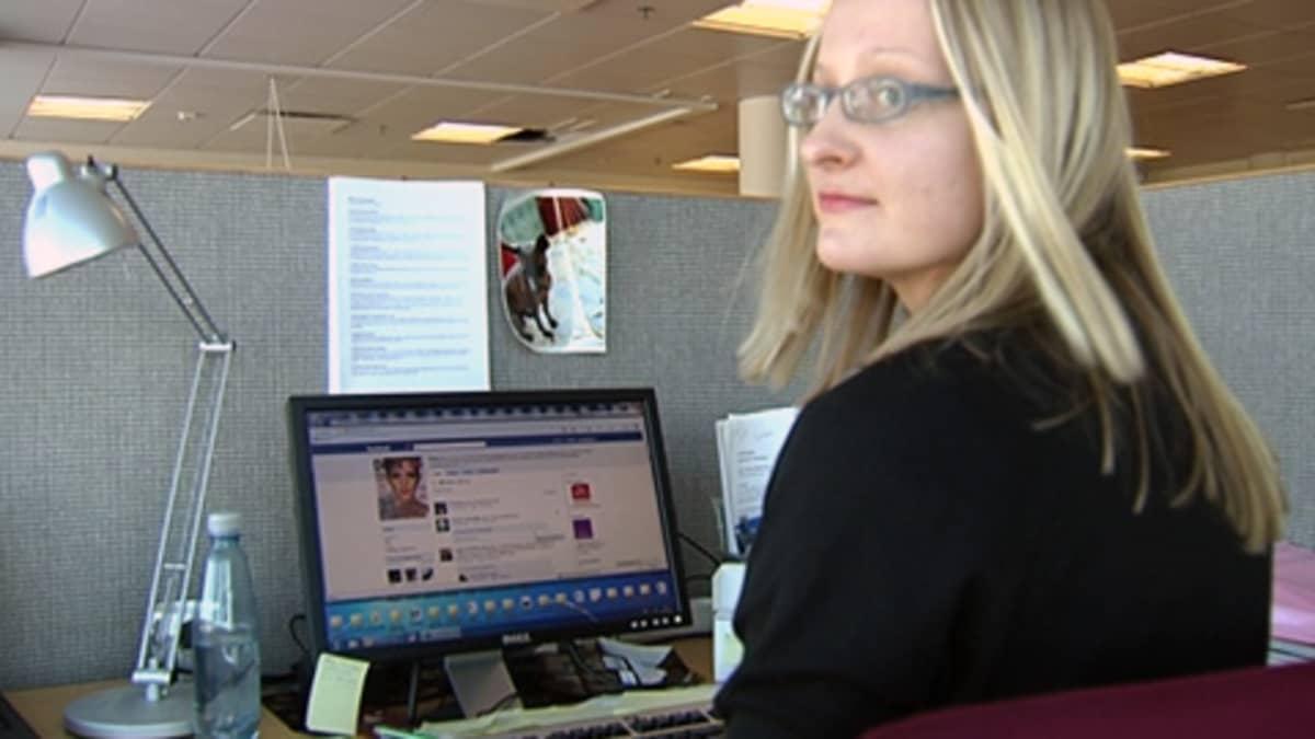 Demin päätoimittaja Satu Koivisto päivittämässä lehden Facebook-sivustoa.