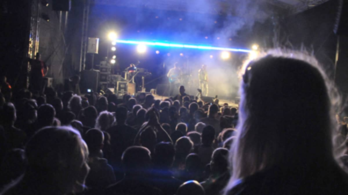 RockCock-festivaalin katsojia.