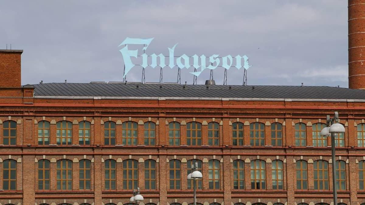 Finlayson-kyltti katolla.