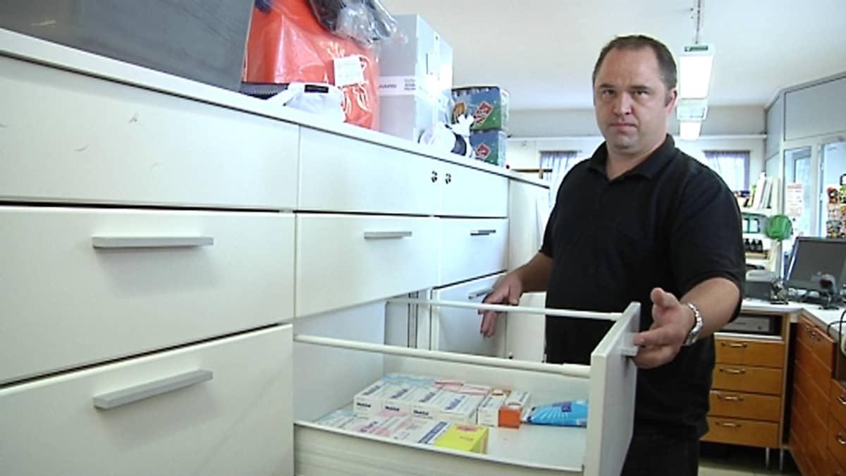 Kuvassa Reino Herlevi esittelee M-Market Lukkarissa myytävänä olevia apteekkituotteita