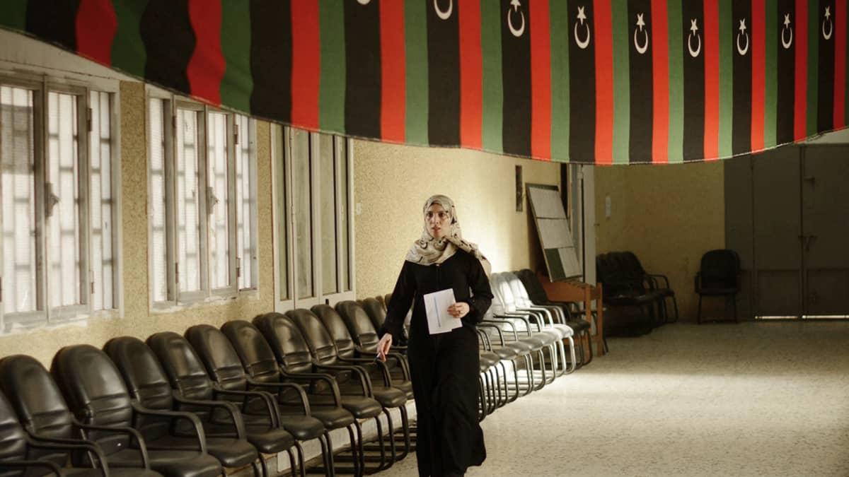 Vaalivirkailija äänestyspaikalla Tripolissa 6. heinäkuuta 2012.