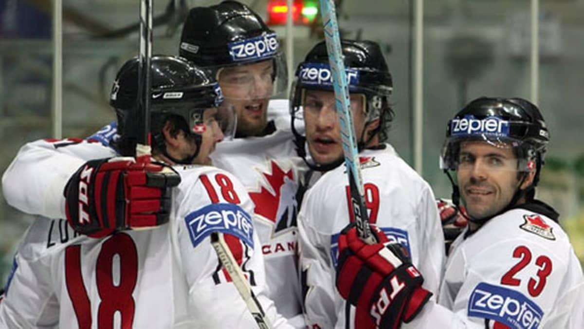 Cory Murphy (oik.) vei Rick Nashin ja kumppaneiden kanssa MM-kultaa v. 2007