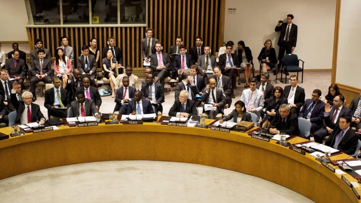 Venäjä ja Kiina käyttivät veto-oikeuttaan YK:n turvallisuusneuvostossa 19. heinäkuuta 2012. Kyseessä oli jo kolmas kerta, kun maat estivät turvallisuusneuvostoa antamasta päätöslauselmaa Syyrian väkivallan vuoksi.
