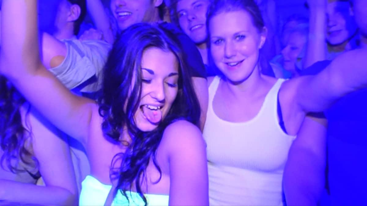 Tyttöjä tanssimassa kameraa kohti