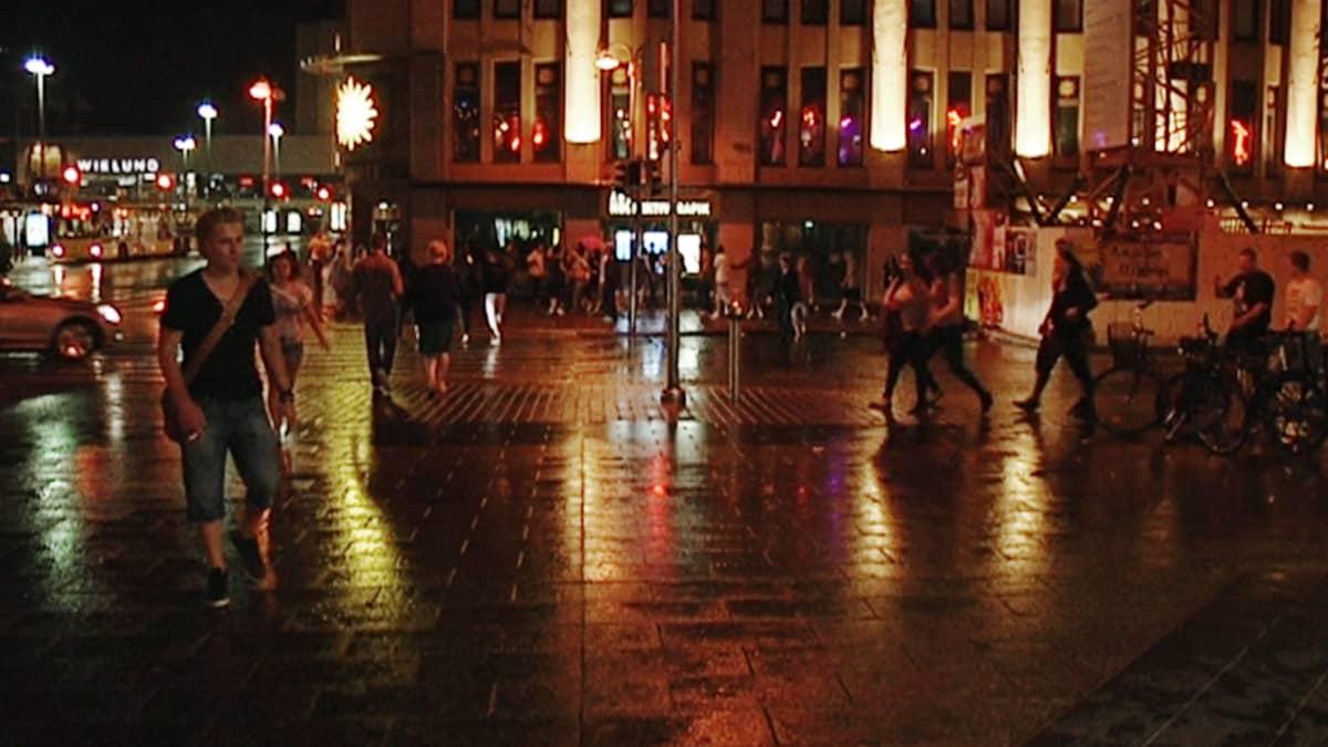 Kuvaa Turun kauppatorin liepeiltä - Turussa meneillään ollut Down By The Laituri -festivaali jouduttiin keskeyttämään sunnuntain vastaisena yönä rajun ukkoskuuron ja kaatosateen vuoksi.
