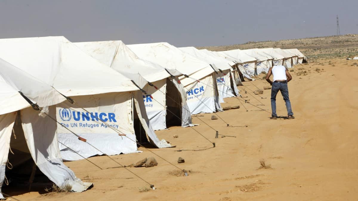 Avustustyöntekijä pystyttää pakolaisleiriä Zattarin kylässä, Jordaniassa, 21. heinäkuuta 2012.