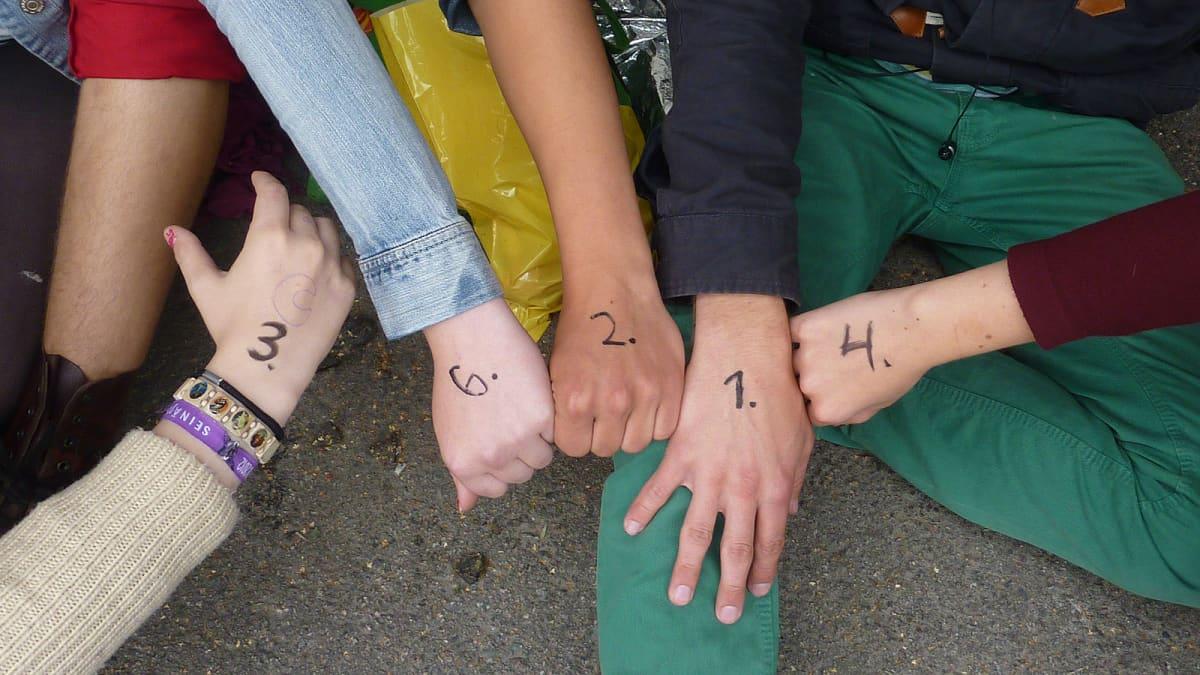 Numeroita käsissä
