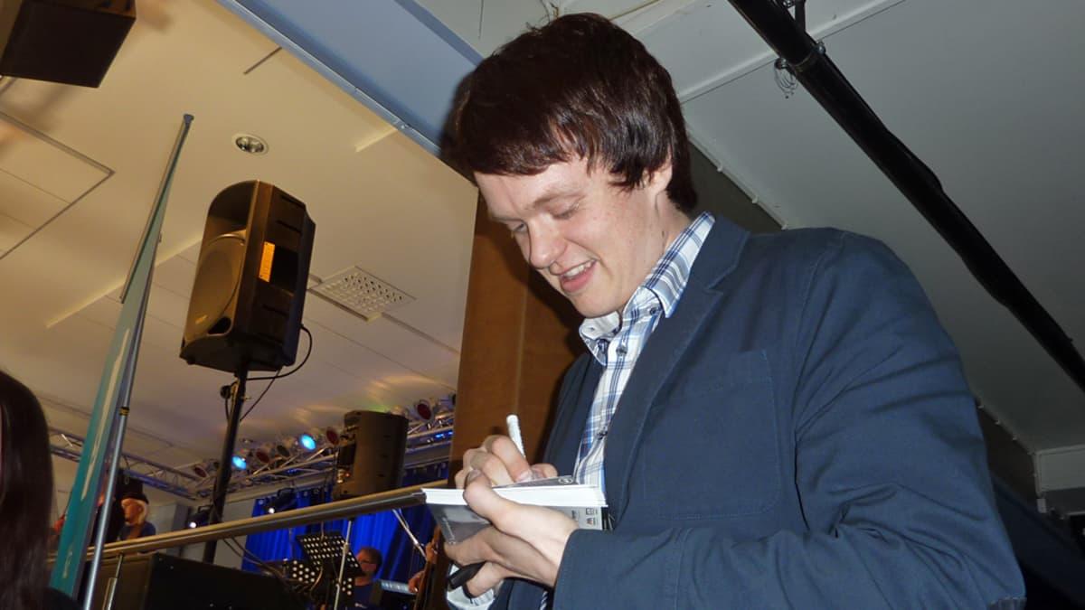 Tangokuningas Pekka Mikkola jakaa nimikirjoituksia.