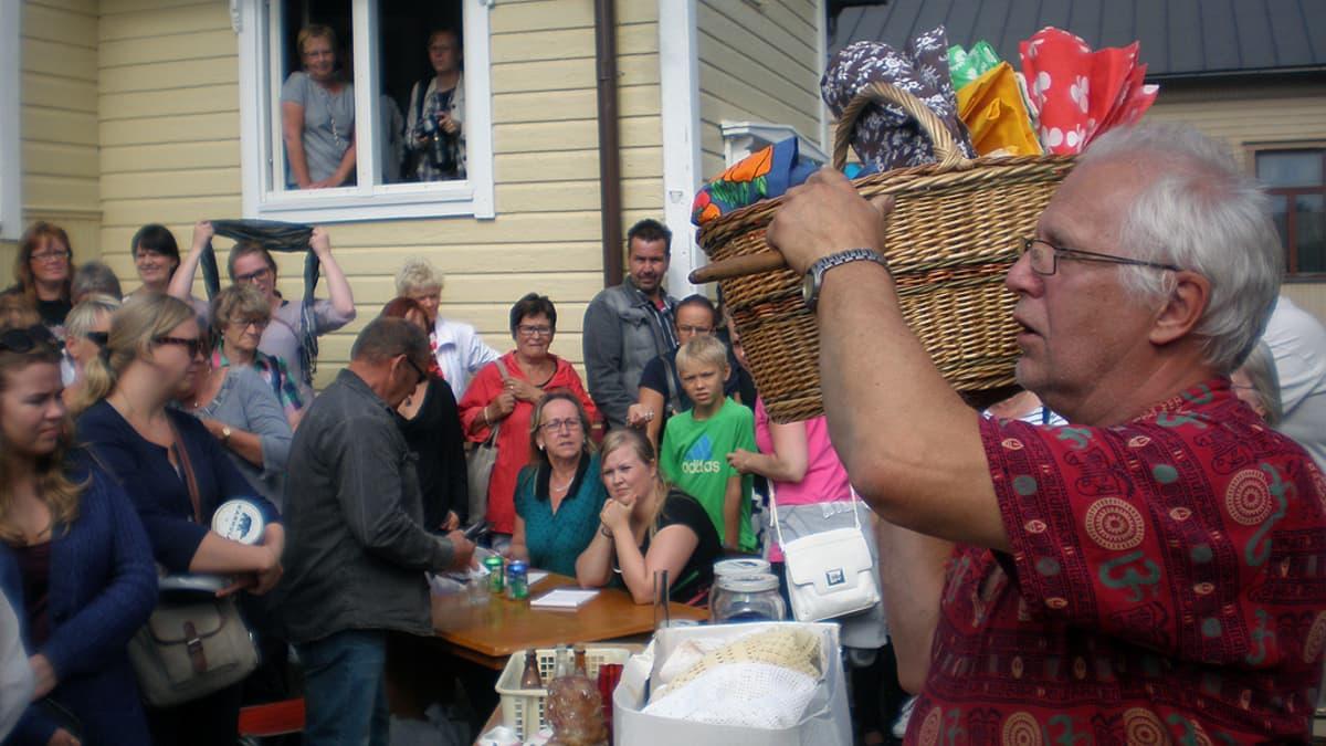 Kuolipesän huutokaupassa Pietarsaaren Skatassa oli väkeä tungokseksi asti.