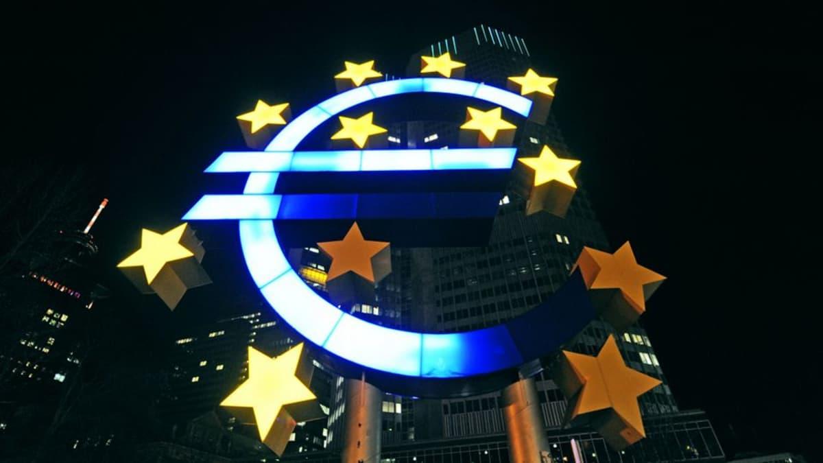 Kolme tähteä on sammunut EKP:n pääkonttorin edessä sijaitsevasta euro-valotaulusta Frankfurt am Mainissa.