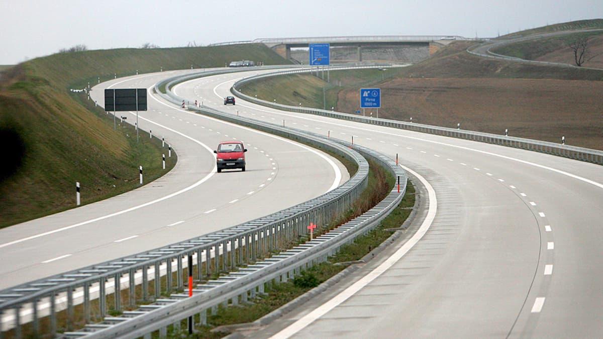 Uutta tieosuutta autobahnilla tarkastettaan ennen käyttöönottoa.