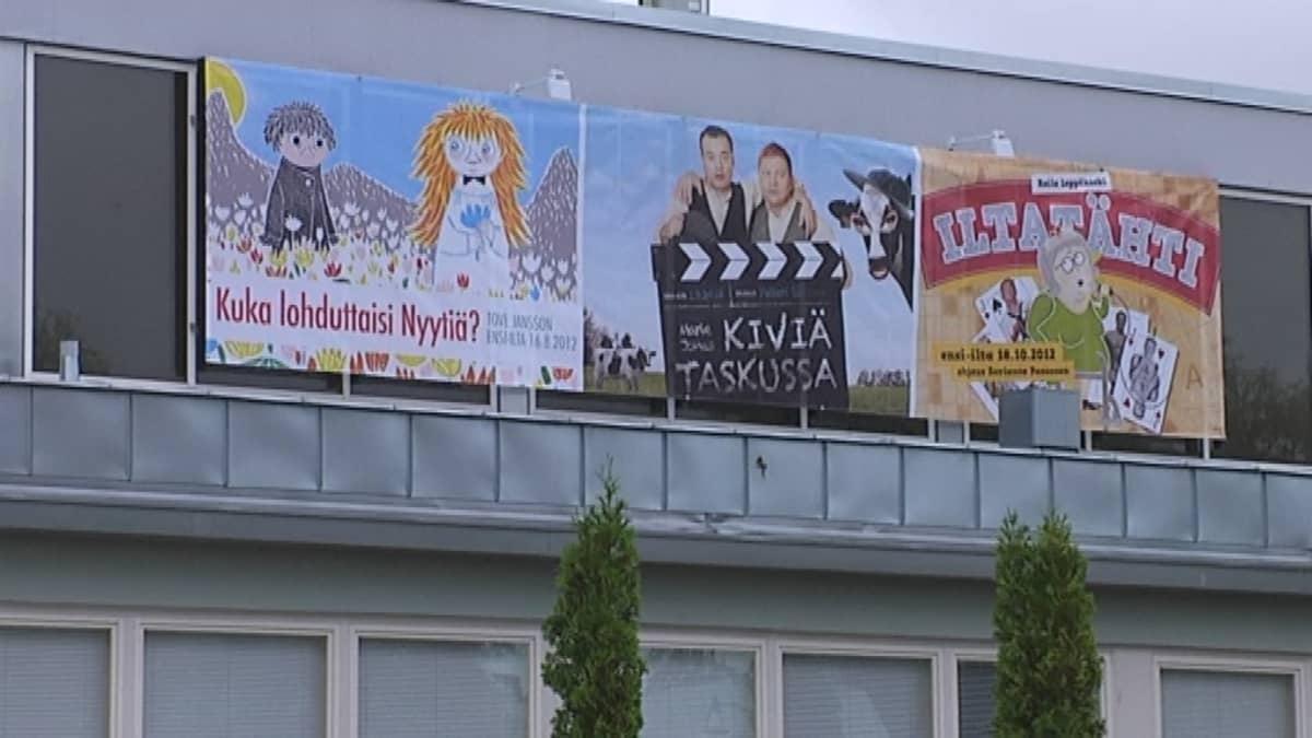Tulevien ensi-iltojen mainoksia Rauman kaupunginteatterin seinässä.