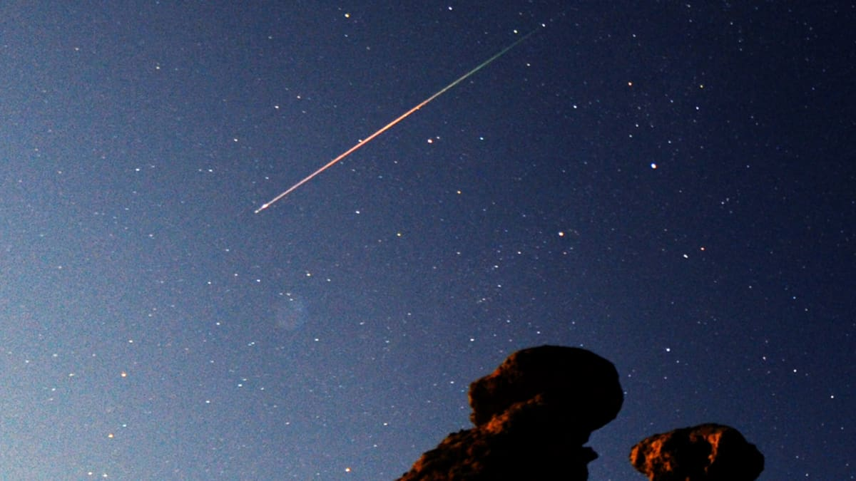 Perseidien tähdenlentoparveen kuuluvia meteoreja Makedonian taivaalla elokuussa 2011.